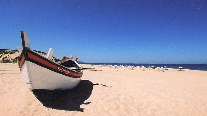 plage lisbonne top 10 des plus belles plages pour se baigner et surfer. Black Bedroom Furniture Sets. Home Design Ideas