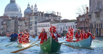 venitiens déguisés en père Noel sur les gondoles