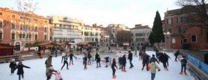Patinoire sur la place San Polo à Venise en hiver