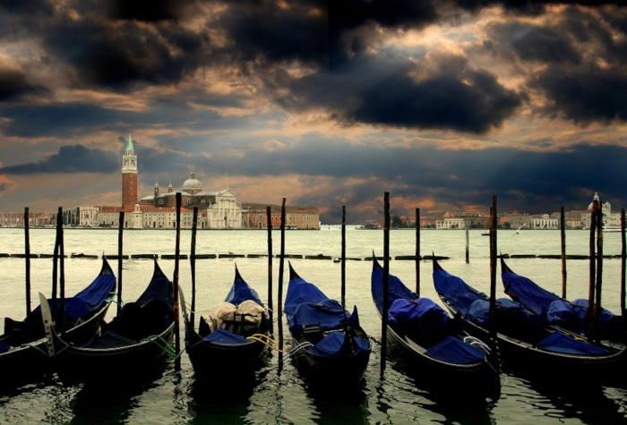 Gondoles sous u ciel hivernal à Venise
