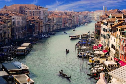 Parking pour voiture à Venise.